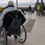 393018_une-personne-en-fauteuil-roulant-lors-d-une-manifestation-en-faveur-de-l-emploi-des-handicapes-en-2010-a-paris