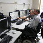 formation personne handicapee devant ecran ordinateur