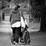 personne en fauteuil et son aidant