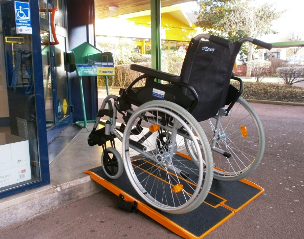 Accessibilit un arr t assouplit encore les normes - Comment installer une rampe ...