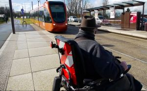Personne fauteuil roulant attend tramway au Mans
