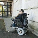 Étudiant en génie climatique, Adrien, atteint de la maladie des os de verre, est l'un des six héros du webdocumentaire autour de la loi du 11 février 2005, À l'arraché. ©  Armandine Penna