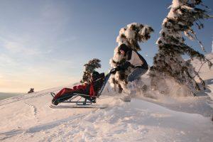 À 1 200 mètres d'altitude, le refuge du Sotré propose des sorties sur mesure, en joélette, fauteuil tout-terrain, Cimgo, fauteuil-ski de randonnée (comme ici), tandem-ski alpin, ou encore de l'initiation à l'escalade. © Jean-Marie Haton/Refuge du Sotré