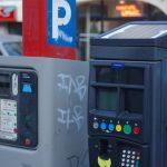 La gratuité du stationnement accordée aux titulaires de la carte européenne de stationnement pourrait contribuer à augmenter le nombre de fausses cartes en circulation. © Raphaël Labbé