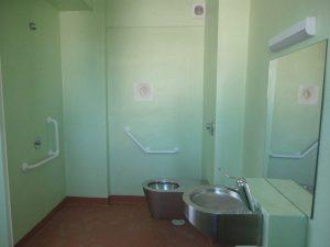Chacune des trois cellules pour détenus handicapés est notamment équipée d'un lit réglable, d'une douche intérieure et de toilettes rehaussées avec barres d'appui. © DR