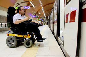 À cause d'un espace trop grand entre quai et rame et d'un ressaut trop important, les personnes handicapées de Sofia ne peuvent pas monter dans les rames du métro. © Léonor Lumineau