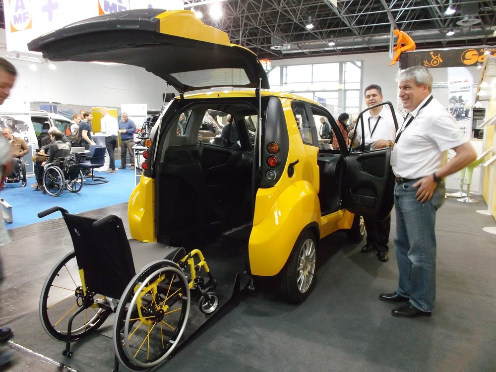 kenguru la voiture lectrique conduire de son fauteuil roulant faire face toute l. Black Bedroom Furniture Sets. Home Design Ideas