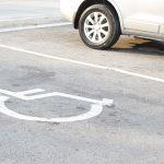 Selon un sondage Seton/YouGov en collaboration avec l'association Garé comme une merde, 5 % des automobilistes occuperaient souvent et sans gêne des places handicapées.
