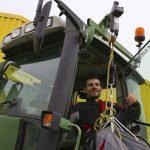 Simon Martineau a inventé un système de harnais par télécommande sur un tracteur. Celui-ci est désormais accessible à un agriculteur en fauteuil roulant. © DR