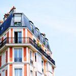 Un immeuble d'habitation avec des balcons