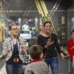Flora Gervais, médiatrice culturelle en charge du handicap au Musée national du Sport (à gauche), au cours d'une visite guidée avec une interprète en langue des signes. © DR