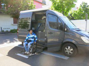 Samuel et son camion actuel, celui avec lequel il réalisera son tour du monde fera 2 m de plus, soit 7 m © Le Dauphiné Libéré