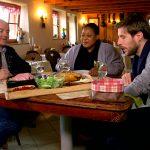 Le chef Olivier Nasti a convié Grégory Cuilleron et son amie sud-africaine Zola à déguster le traditionnel repas marcaire dans une ferme-auberge d'Alsace. © France 5
