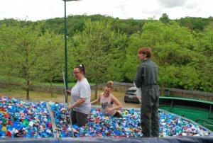 Les bénévoles de l'association Les Clayes handisport lors d'un chargement de bouchons avec l'IME des Clayes sous Bois