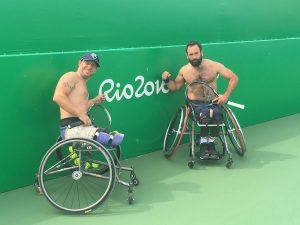 Humour et décontraction n'ont pas pour autant empêché les athlètes de s'entraîner dans la chaleur brésilienne (tennis fauteuil )© Michael Jeremiasz