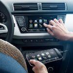 Les véhicules actuels peuvent se connecter à Internet via un téléphone portable et faire ainsi profiter le conducteur de multiples applications. © Skoda