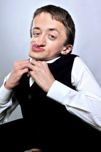 Le spectacle de Guillaume Bats est co-produit par deux humoristes Eric Antoine et Jérémy Ferrari. ©Julie Caught