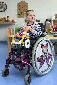 Célyane, 4 ans, atteinte de spina bifida, est accueillie à l'école 16 heures par semaine. En attendant d'être plus autonome... © Jean-Baptiste Laissard