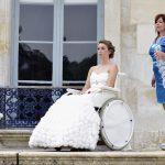 Une mariée en robe dans un fauteuil roulant
