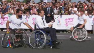 Emmanuel Macron au tennis-fauteuil