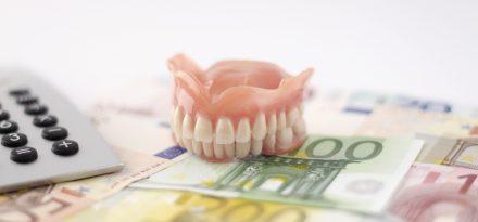 Herausnehmbarer Zahnersatz, Euroscheine, Taschenrechner